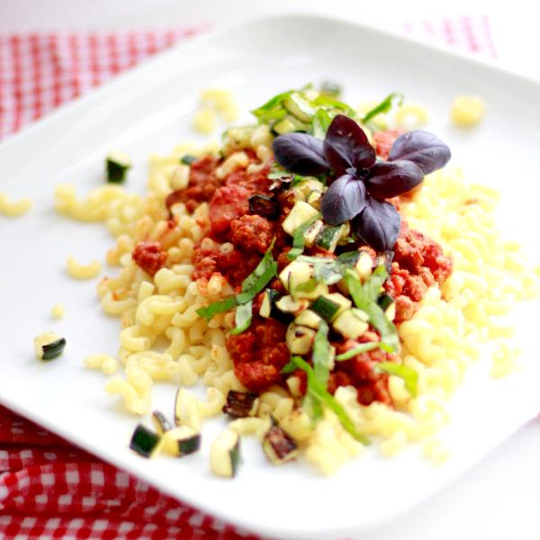 pasta met pittige tomatensaus en gegrilde courgette-1