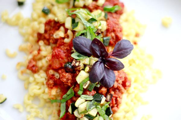 pasta met pittige tomatensaus en gegrilde courgette-2